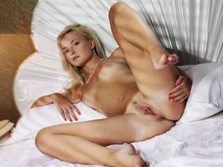 Nackte blonde Mädchen mit kleinen Titten und rasierte Muschi hd.